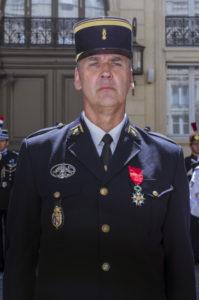 Dominique CLEISS, major, escadron de gendarmerie mobile 15/7 de REVIGNY-sur-ORNAIN, fait Chevalier de la Légion d'Honneur.
